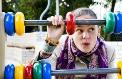 Das Mädchen auf dem Spielplatz. Lizenzfreie Stockfotografie