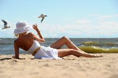 Das Mädchen auf dem Strand lizenzfreies stockfoto