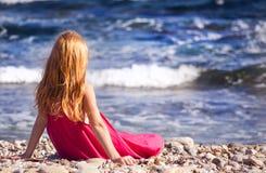 Das Mädchen auf dem Strand stockfoto