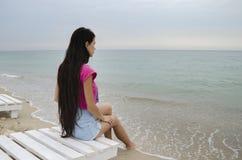 Das Mädchen auf dem Strand Stockbild