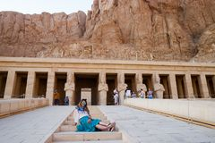 Das Mädchen auf den Schritten des Tempels in Luxor, Ägypten Lizenzfreies Stockfoto