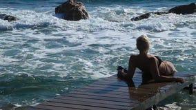 Das Mädchen auf der Küste stock video