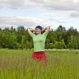Das Mädchen auf der Natur Lizenzfreies Stockfoto