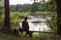 Das Mädchen auf der Querneigung des Flusses Stockbild