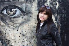 Das Mädchen auf der Straße Stockfoto