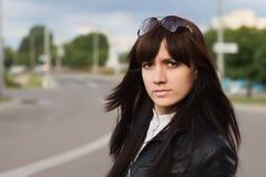 Das Mädchen auf der Straße lizenzfreies stockfoto
