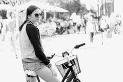 Das Mädchen auf einem Fahrrad Stockbilder
