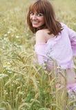 Das Mädchen auf einem Gebiet Stockfotografie