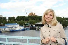 Das Mädchen auf einem Hintergrund einer Stadtlandschaft Stockfoto