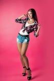 Das Mädchen auf einem rosa Hintergrund Stockfotos