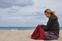 Das Mädchen auf einem Strand Stockbilder