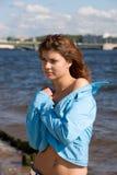 Das Mädchen auf einer Küste Lizenzfreies Stockfoto