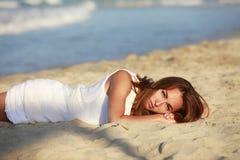 Das Mädchen auf Küstenlinie Stockfoto
