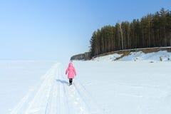 Das Mädchen auf Schnee Lizenzfreies Stockfoto