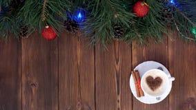 Das Mädchen bereitet ein Geschenk für das neue Jahr und die Feiertage zu seinem geliebten, hölzernen Hintergrund und zu Kaffee, L stock video footage