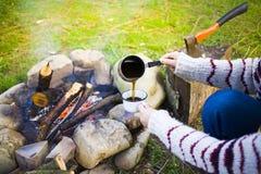 Das Mädchen bereitet Kaffee in der Natur zu lizenzfreie stockfotografie