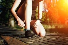 Das Mädchen bereitet vor sich zu laufen Stockfotos