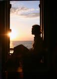 Das Mädchen betrachtet das Meer. Stockfotos