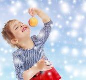 Das Mädchen betrachtet den Apfel Lizenzfreie Stockfotografie