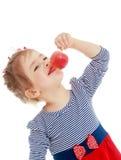 Das Mädchen betrachtet den Apfel Lizenzfreies Stockfoto