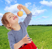 Das Mädchen betrachtet den Apfel Stockbilder