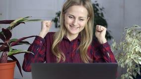 Das Mädchen betrachtet den Laptopschirm und die ersten Erfahrungen stock video