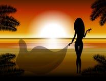 Das Mädchen betrachtet den Sonnenuntergang Stockfotografie