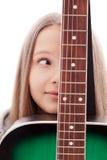 Schönes Mädchen mit Gitarre auf weißem Hintergrund Stockfoto