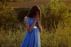 Das Mädchen beugte ihren Kopf in Gebet 2 Stockbilder