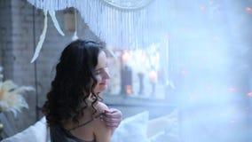 Das Mädchen, das auf dem Bett und dem Lächeln aufwirft stock video footage