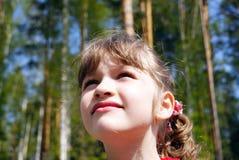 Das Mädchen, das aufwärts schaut Stockfoto