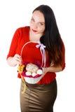 Das Mädchen, das in der Hand einen Korb mit pasky und Eiern hält Stockbild