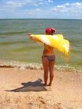 Das Mädchen, das an der Seeküste steht Lizenzfreies Stockbild