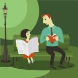 Das Mädchen, das eine Zeitung und einen Mann im Park liest Stockfotografie