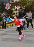 Das Mädchen, das in einem Park in Chengdu, Porzellan spielt stockbilder