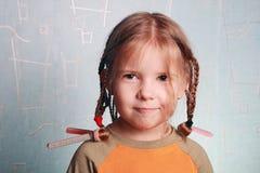 Das Mädchen das gekräuselte Haar Stockbild