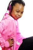 Das Mädchen, das MP3-Player hält, hört Musik stockfotografie