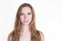 Das Mädchen, das Sie im tiefen Gedanken betrachtet, verdutzte Gesichtsausdruck, Stockfoto