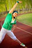 Das Mädchen, das Sport tut, übt Sommermorgen aus Lizenzfreies Stockbild