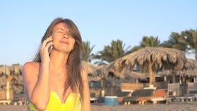 Das Mädchen, das am Telefon nahe dem Meer spricht HD stock video