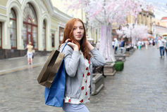 Das Mädchen, das um die Stadt geht und schließen Käufe ab Stockfotografie