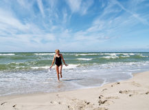 Das Mädchen, das von der Ostsee läuft Lizenzfreies Stockbild