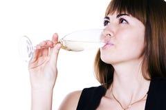 Das Mädchen, das von einem Glas trinkt stockbilder