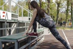 Das Mädchen, das vor einem Training aufwärmt Stockbild