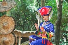 Das Mädchen, das Zhuang Kleidung trägt, tun Hydrangea Lizenzfreie Stockbilder