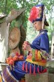 Das Mädchen, das Zhuang Kleidung trägt, tun Hydrangea Stockbilder