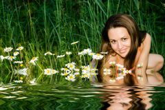Das Mädchen in den camomiles Lizenzfreies Stockfoto