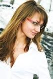 Das Mädchen in den Gläsern Lizenzfreies Stockbild
