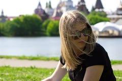 Das Mädchen in den Gläsern auf einem Hintergrund des Kremls in Izmailovo Stockbild