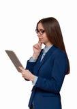 Das Mädchen in den Gläsern mit der Tablette Lizenzfreie Stockfotos
